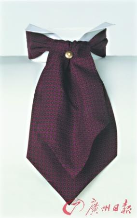 在丝巾上打上领带结,让你看起来更加活泼幽默。