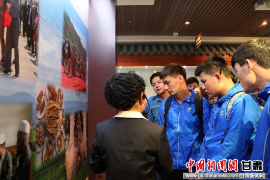 西北师范大学中亚东干留学生赴临夏开展文化考察寻根活动。李东海 摄