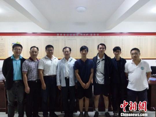 图为华侨大学旅游学院院长黄远水慰问在积石山县高关村开展暑期支教的大学生。 钟欣 摄