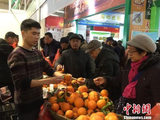 民众挑选特色农产品。 崔琳 摄