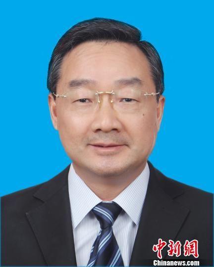 4月11日上午,甘肃省第十二届人民代表大会常务委员会第三十一次会议通过,决定任命:唐仁健为甘肃省副省长、代理省长。 钟欣 摄