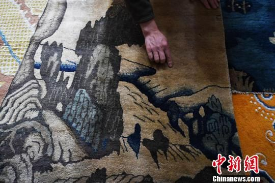 王选成介绍古毯的历史。 杨艳敏 摄