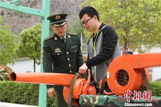 图为青年干部了解灭火机具性能。 李靠军 摄