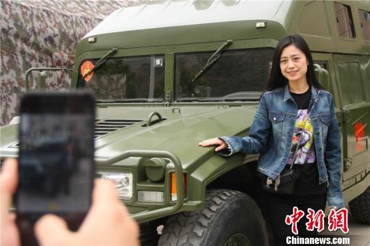 图为青年在警营拍照留念。 王博悟 摄