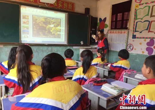 图为外派教师在积石山县三所村级小学组织了公开课。 李亚龙 摄