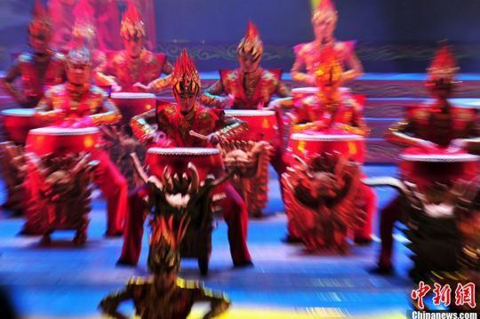 """资料图:此次艺术周闭幕式上,大型乐舞《鼓舞中国》将作为""""重头戏""""激情上演。《鼓舞中国》是迄今为止全国荟萃中华鼓种和鼓舞类型最多的一台大型乐舞演出。"""