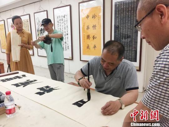 图为残疾人书画艺术家现场挥毫泼墨。 徐雪 摄
