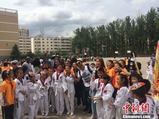 图为留学生与陇西县小学生合影互动。 杨娜 摄