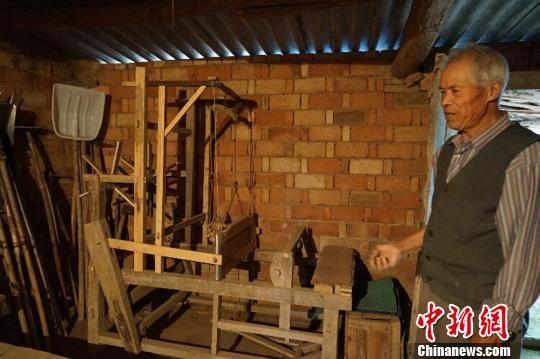 甘肃庆阳市西峰区温泉镇何坳村的何世前老人家中收藏农具200余件。 陈思 摄