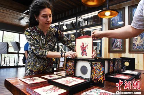 在列宾美术学院书籍版画系就读的薇拉在兰州展示自己的手工书《玩儿皮影》。 杨艳敏 摄
