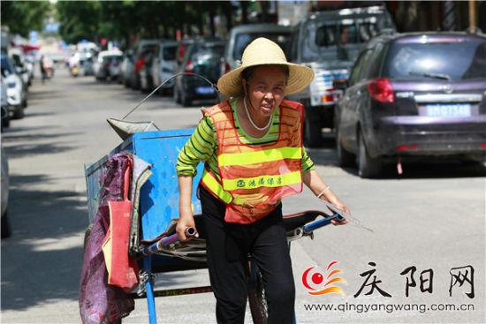 近日,庆阳大部持续高温,部分地方突破40℃。图为一名环卫工在高温下劳作。