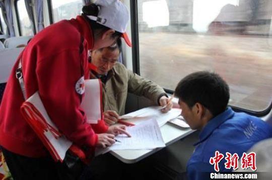 甘肃省红十字会工作人员为乘客讲解防艾知识。资料图