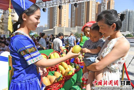 7月15日,广西特产行销全国2017百色芒果(兰州)专场推介会在甘肃省兰州市城关区万达商业广场举行。
