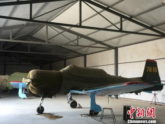 图为位于酒泉市肃州区的甘肃酒泉百立通用航空有限公司的航空营地教练机。 南如卓玛 摄