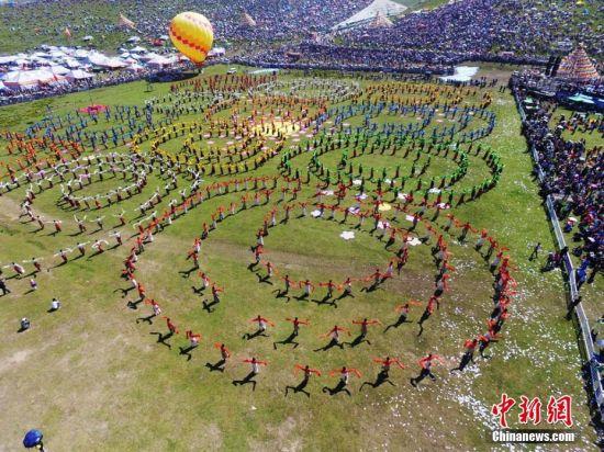 千人锅庄震撼演出,展现了甘南藏区在党的好政策惠顾下,草原各族儿女奔向美好幸福生活的喜人景象。杨艳敏 摄