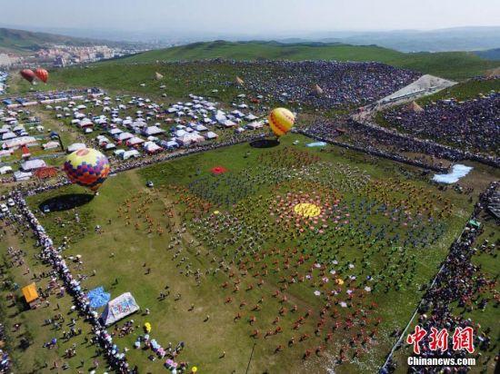 图为藏族民众在当周草原欢歌载舞。 杨艳敏 摄