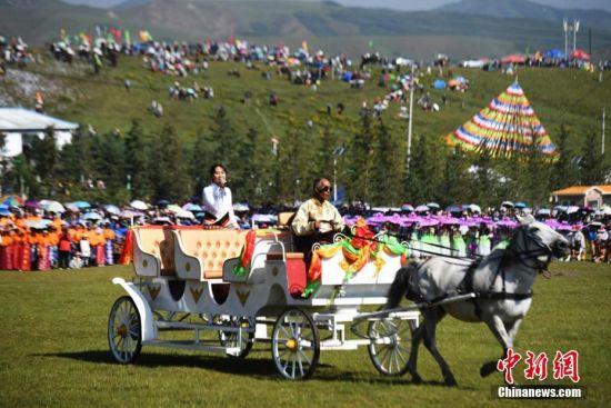 图为藏族著名女歌手央金兰泽在马车上唱歌。 杨艳敏 摄