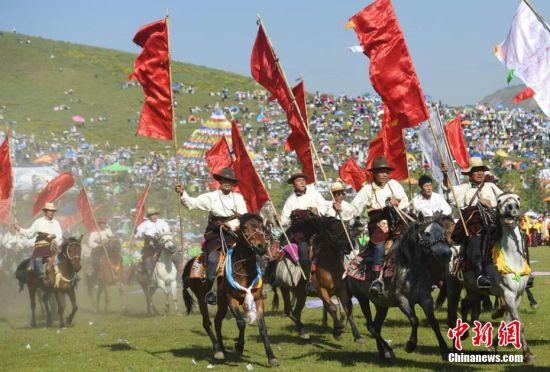 图为藏族人马队表演。 杨艳敏 摄