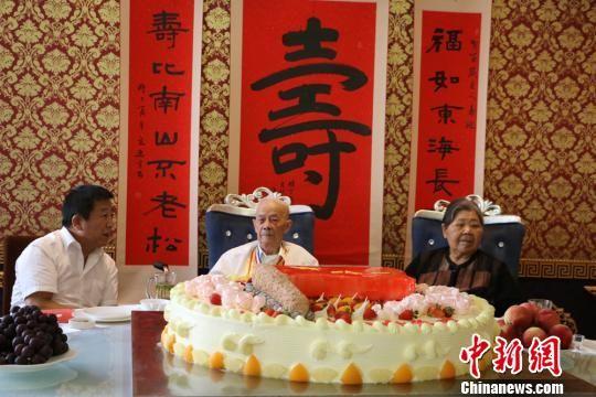 7月31日,兰州抗战老兵曹才保举行百岁寿宴,家人、朋友以及昔日工作单位甘肃八建集团领导、员工共同为老人贺寿。 刘玉桃 摄