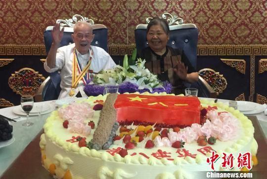 图为曹才保和妻子听大家唱生日歌。 刘玉桃 摄