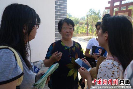 图为香港学子在成县鸡峰镇草滩村向民众采访产业发展。陈东平 摄