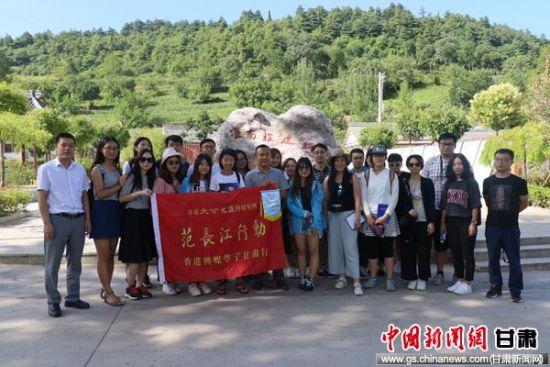 图为采访团在成县鸡峰镇草滩村合影留念。陈东平 摄