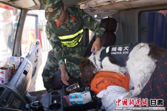 图为边防官兵引导搜毒犬进行毒品排查。