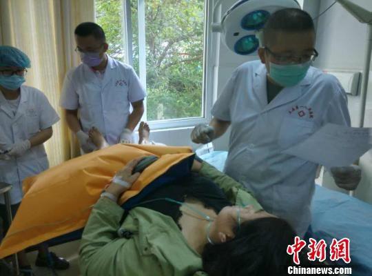 图为医护人员救治伤员。 甘肃省文县第一人民医院供图 摄