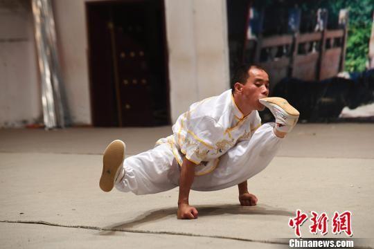 图为中国武术家表演崆峒绝技。 杨艳敏 摄