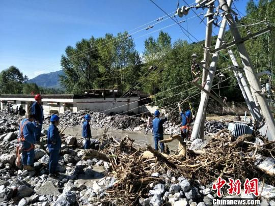 图为灾后抢修基础设施。目前,道路、电网等全部已恢复。 刘二银 摄