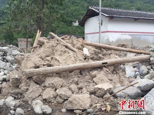图为被泥石流夷为平地的人家,被救援人员搜救后只翻出部分房梁和一些黄土墙块。 南如卓玛 摄