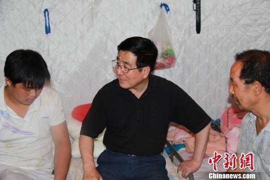 """8月11日,甘肃省委书记林铎在陇南文县""""8?7""""特大暴洪泥石流灾害受灾严重的村慰问受灾民众。 南如卓玛 摄"""