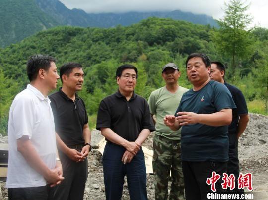 图为甘肃省委书记林铎在陇南文县检查指导抢险救灾工作。 南如卓玛 摄