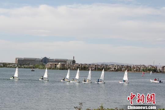 """图为参加2017年""""中国银行""""杯中国・张掖丝绸之路青少年帆船城市邀请赛的""""小水手""""正在熟悉比赛场地。 徐雪 摄"""