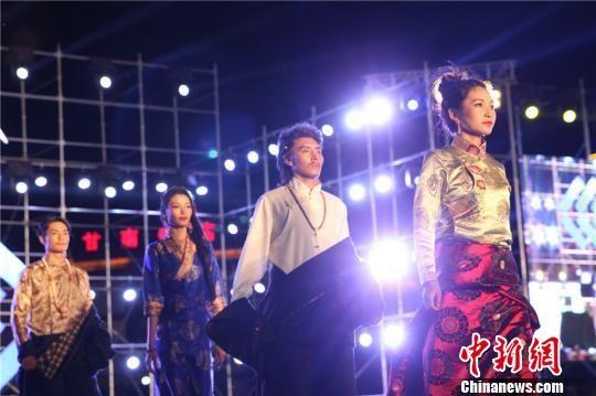 """8月11日晚,""""首届藏族模特大赛""""在甘肃甘南举行。 史静静 摄"""