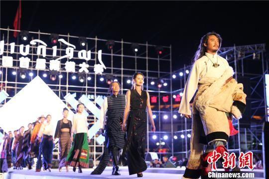 图为藏族选手T台走秀。 史静静 摄