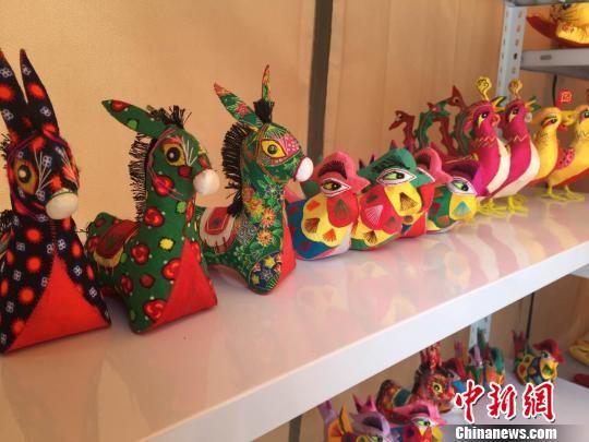 宁县香包绣制已有数千年的历史,遍布全县各个乡镇,是一种立体造型和平面刺绣兼容的汉族纯手工艺术品。 刘薛梅 摄