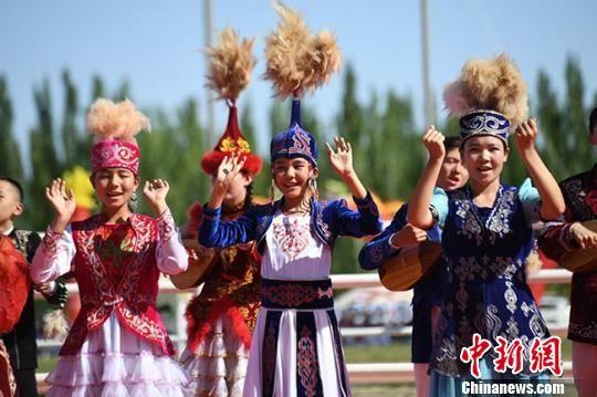 图为哈萨克族表演童声合唱。 杨艳敏 摄