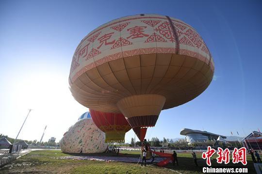 """图为""""哈萨克毡房热气球""""于当日亮相。 杨艳敏 摄"""