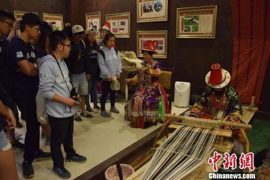 图为大学生参访肃南裕固族自治县非遗中心。 陈素怡 摄