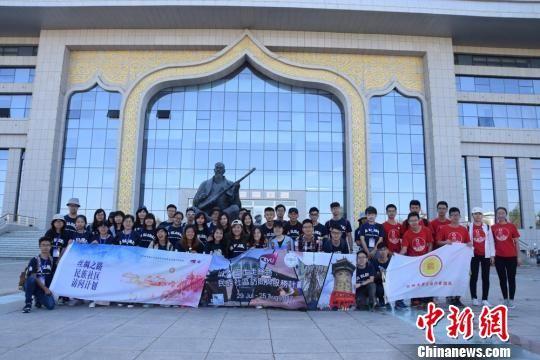 图为参访学生在阿克塞哈萨克族自治县文化馆前合影。 陈素怡 摄