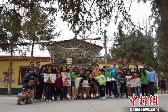 图为参访学生与肃南县祁丰藏族乡的孩子共同完成的东纳藏族主题创意活动成果。 陈素怡 摄