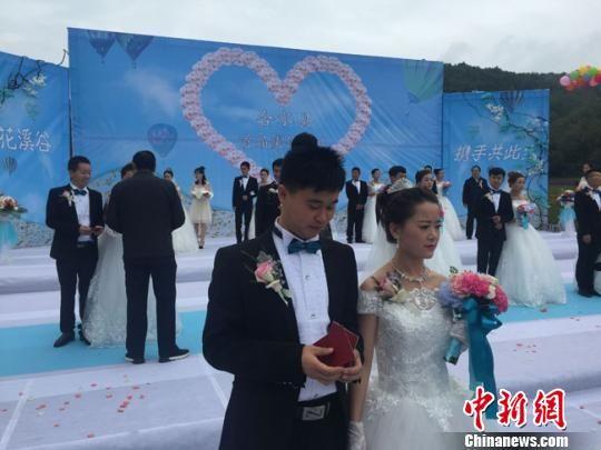 8月28日,甘肃合水县,18对新人举行集体婚礼。 杨娜 摄
