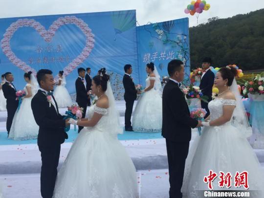 图为合水县集体婚礼现场。 杨娜 摄