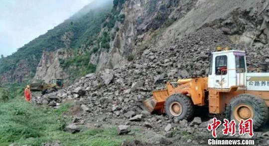 受近期连阴雨天气影响,8月27日晚至28日下午,甘肃天水市麦积区境内发生了三次山体塌方,导致交通一度中断,无人员伤亡。 麦积区气象局供图 摄