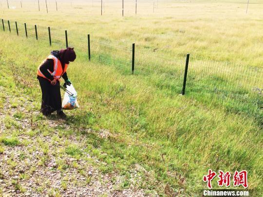 """在甘南草原上,时常会看到手提编织袋,徒步捡垃圾守护家园的""""美容师""""。 徐雪 摄"""