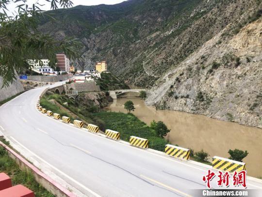图为干净整洁的河道与公路。 徐雪 摄