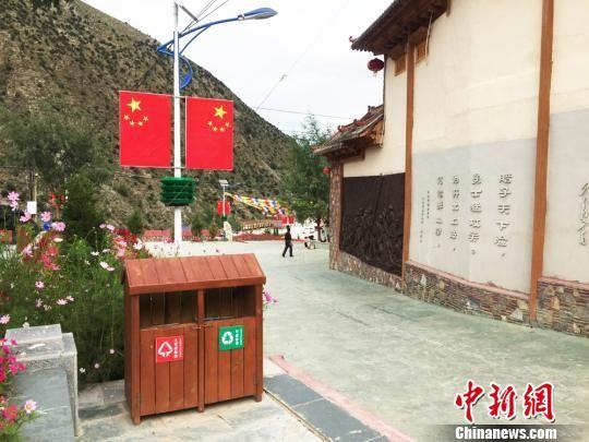 图为甘肃迭部县旺藏乡茨日那村村内一景。 徐雪 摄