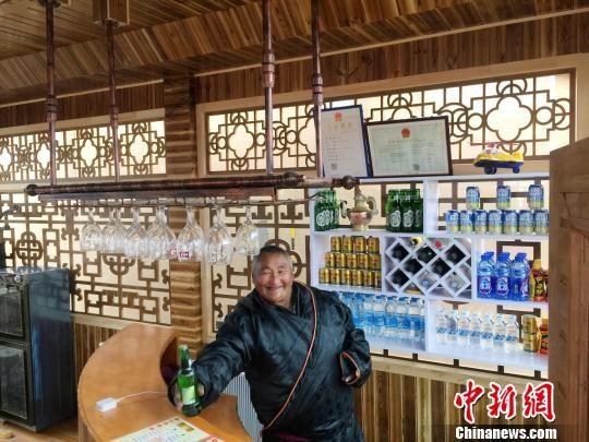 在碌曲县尕海乡尕秀村,今年5月新开张的德乐牧家乐里,藏式风格的家具整洁有序。 徐雪 摄