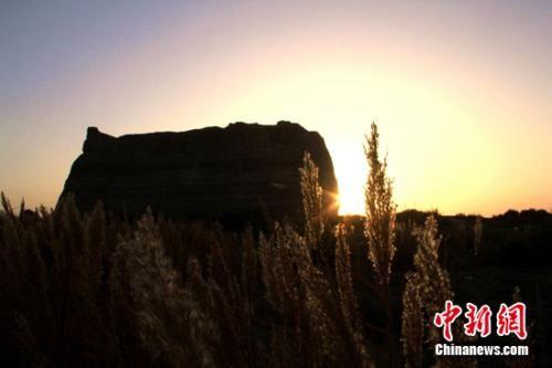 深秋十月,夕阳洒在玉门关遗址上,显得更加苍凉厚重、雄浑壮观,远眺如一幅秋景油画。 张晓亮 摄